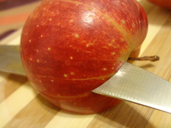 Шаг 2 - надрежьте яблоко по горизонтали