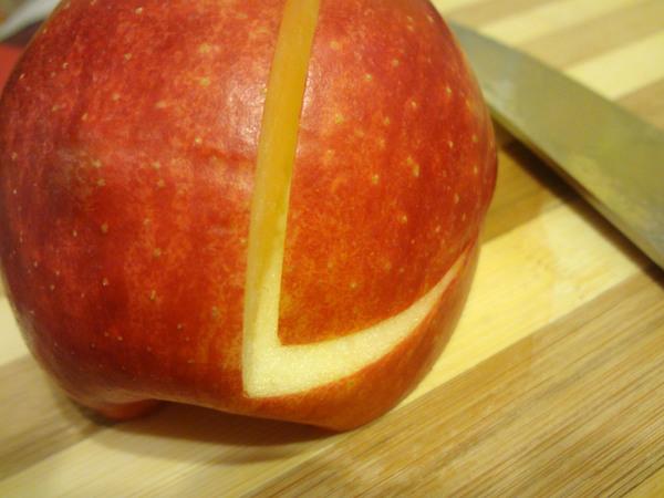 Шаг 3 - надрежьте яблоко сверху