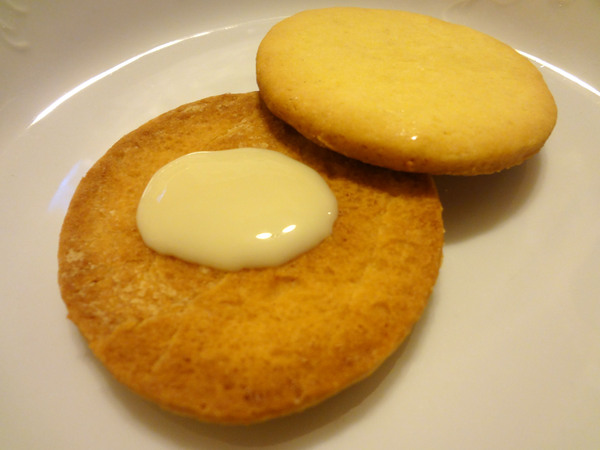 Шаг 9 - склейте печенье с помощью сгущенки