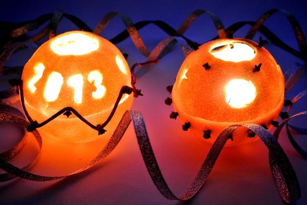Шаг 7 - апельсиновые свечив темной комнате