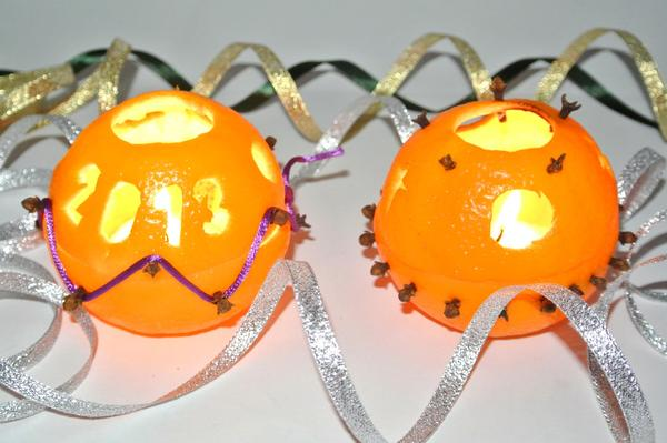 Шаг 6 - вставляем свечи в подсвечники