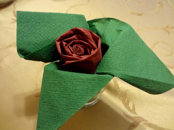 Осталось только завернуть зеленые листики в бокал.  Роза готова!