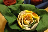 Роза из салфеток желтого и зеленого цвета