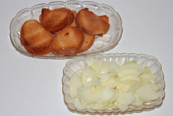 Шаг 1 - лук нарезаем, хлеб подсушиваем