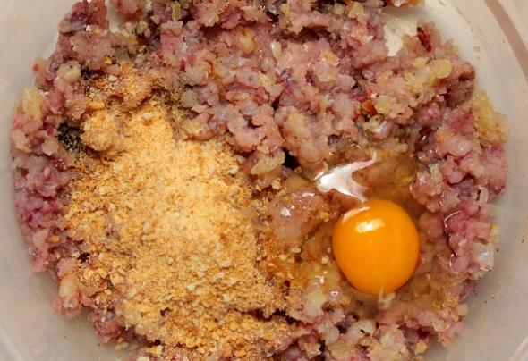 Шаг 4 - сухари измельчаем, вбиваем яйца