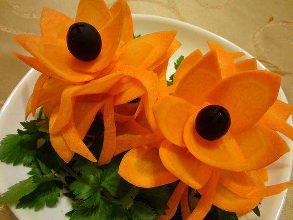 Вырезанные из моркови цветы