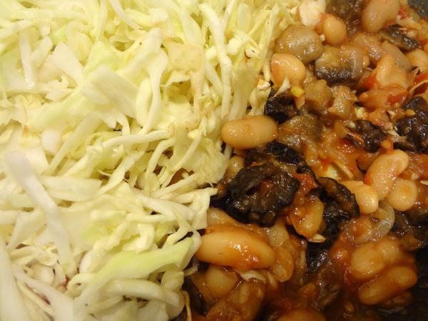 Тушеная капуста с грибами и черносливом – шаг 6
