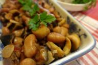 Тушеная фасоль с грибами и перцем