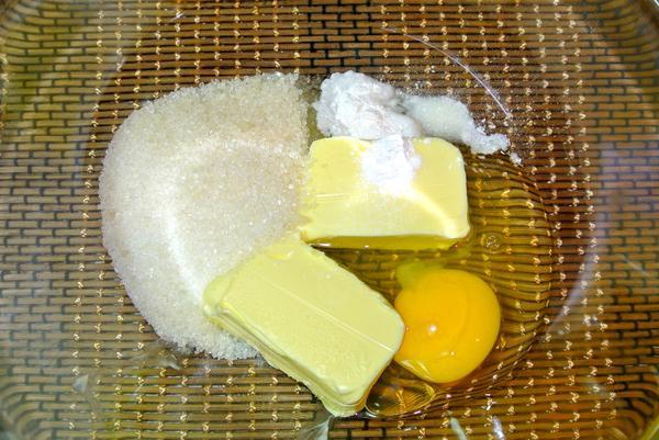 Шаг 1 - соедините масло, яйцо, сахар, разрыхлитель, соду, ванилин