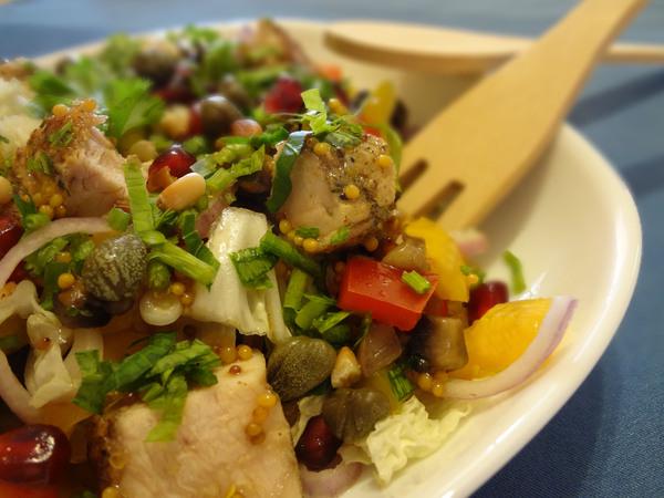 Салат с овощами, курицей и грибами