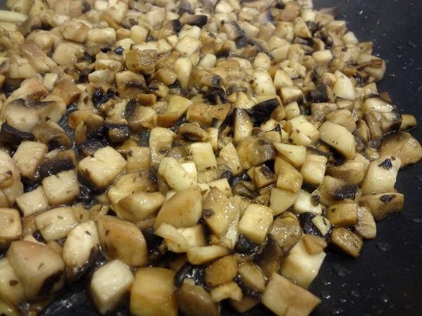 Салат с курицей и грибами – шаг 2