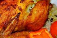 Румяная из духовки тушка цыпленка с начинкой из риса и изюма