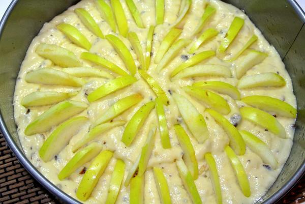 Шаг 6 - тесто и яблоки выложите в форму
