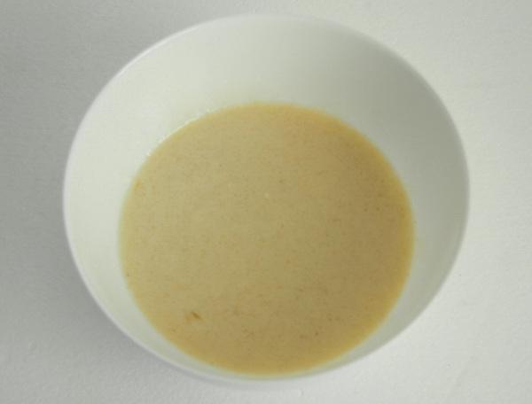Шаг 2 - добавьте яйцо и сахар