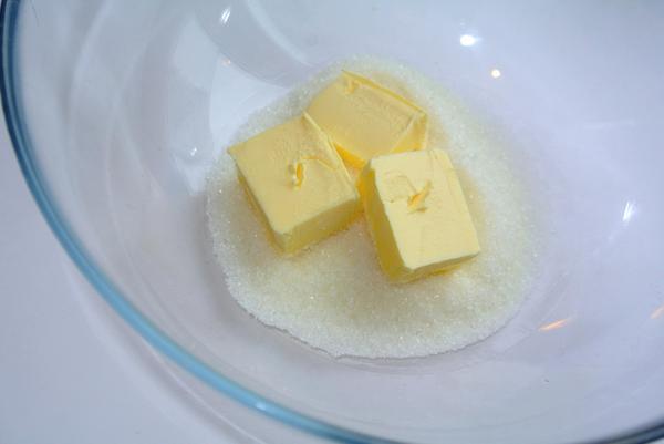 Шаг 1 - разотрите сахар, ванилин и масло
