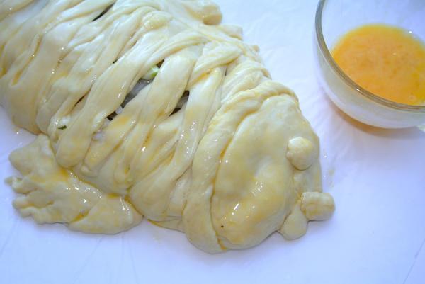 Шаг 12 - смажьте пирог яйцом