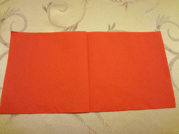Разверните салфетку, придав ей форму открытой книги.  Заверните верхние уголки к середине (сгибы хорошо прижимайте...