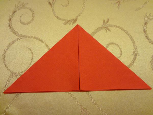 На развернутой салфетке получатся сгибы в виде двух крестов, по которым необходимо будет загибать салфетку.