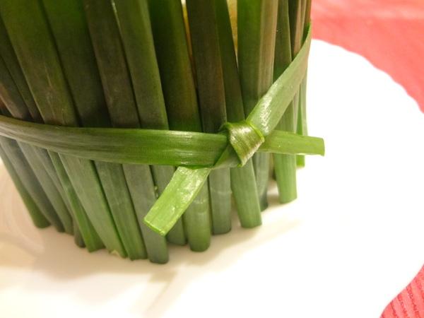 Салат Нарциссы - шаг 20 - завяжите луковым пером салат