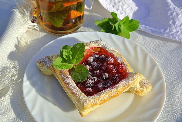 Слоеные ватрушки с ягодами на тарелке
