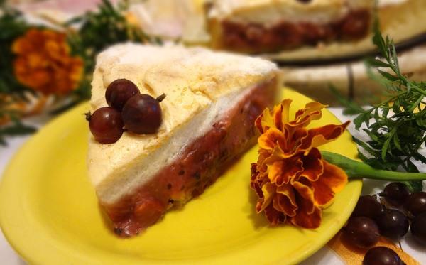Кусочек торта с меренгой на желтой тарелочке