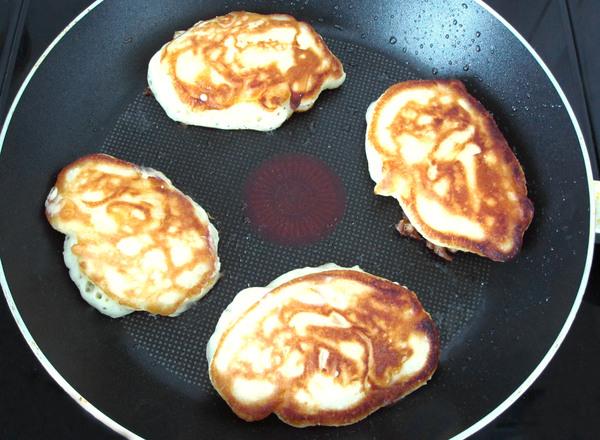 Оладьи с яблоками на кефире - шаг 5