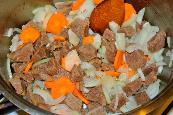 Жаркое по-домашнему с говядиной и картошкой - рецепт с фото