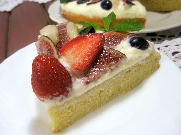 Бисквитный торт с кремом из маскарпоне и фруктами