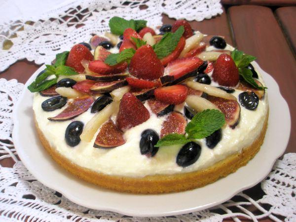 Домашний бисквит с кремом маскарпоне и ягодами