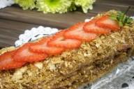 Торт слоеный с клубничным кремом