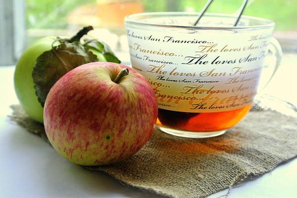 Чай з листьев яблони в прозрачной чайной чашке