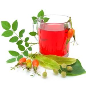 Чай из ягод шиповника и плоды липы на белом фоне