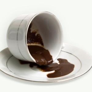 наклоненная чашка с кофейной гущей