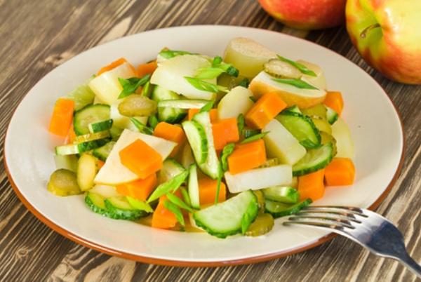 Салат с яблоками и овощами