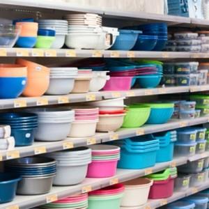 Пластиковая посуда на полке магазина