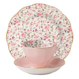 Розовая чашка с блюдцем и десертной тарелкой