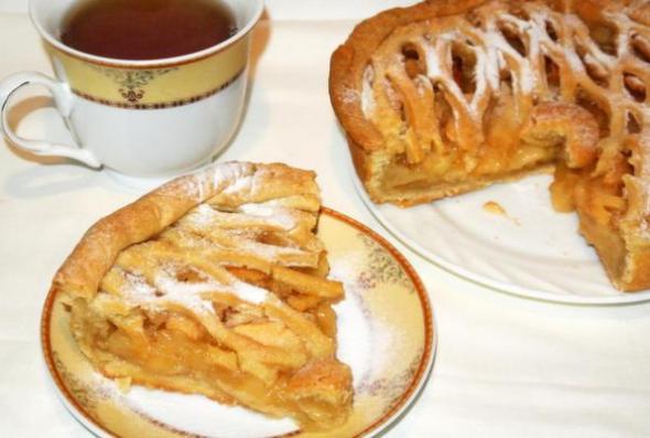 Американский пирог с яблоками, накрытый сверху решеткой