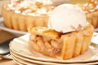 яблочный пирог с шариком мороженого