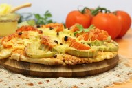 Пицца с начинкой из кабачков, помидоров и сыра