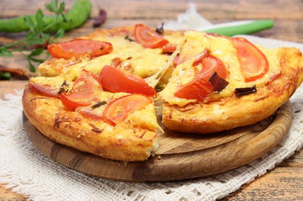 Пицца на дрожжевом тесте с копченой колбасой, сыром и помидорами