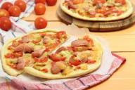 Тонкая дрожжевая пицца с сосисками, помидорами черри, сыром моцарелла