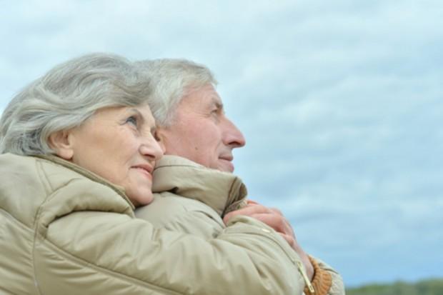 Седые пожилые люди обнялись