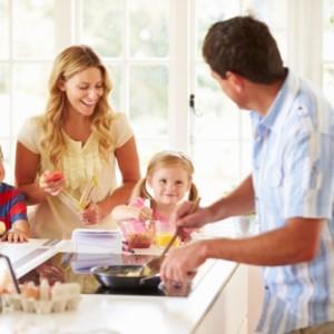 Отец семейства готовит детям завтрак