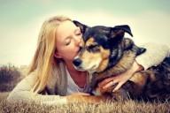 Красива девушка блондинка с собакой