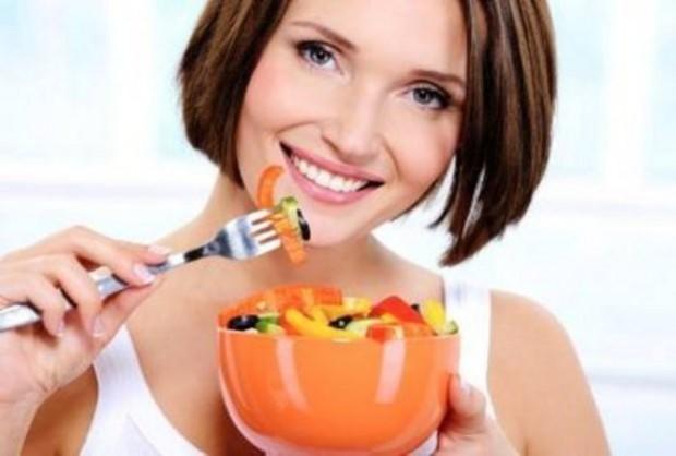 Красивая девушка ест здоровую пищу