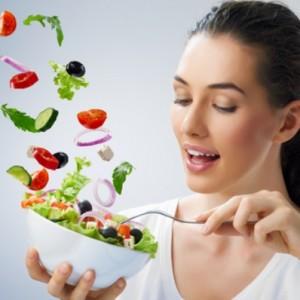 Красивая девочка ест здоровую еду