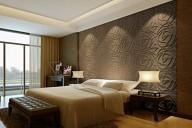 Спальня в коричневых тонах с гипсовыми 3D панелями