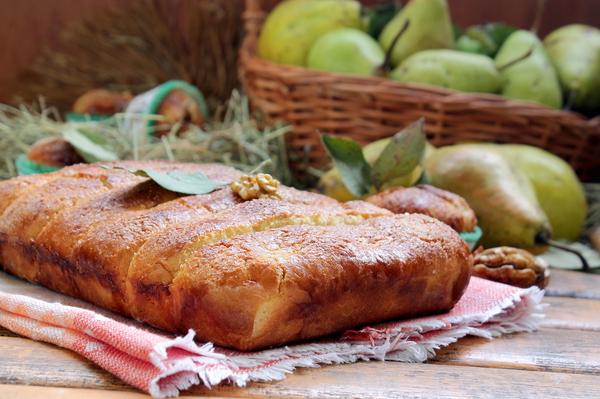 Грушевый пирог прямоугольной формы на красивой салфетке