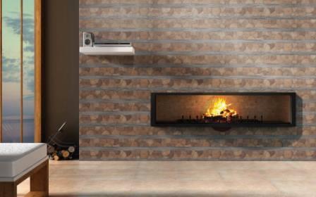 Керамическая настенная плитка на стене с электрокамином
