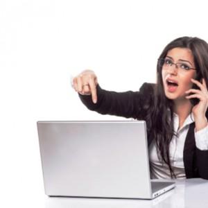 Девушка жалуется на неисправный ноутбук по телефону